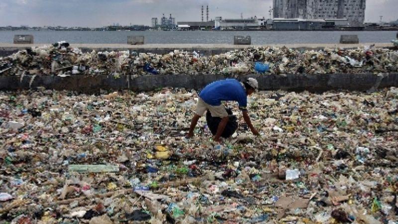 seorang-warga-memilah-sampah-plastik.jpg